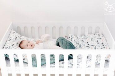 białe łóżeczko