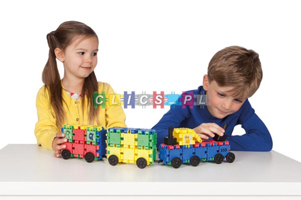 dzieci bawiące się pociągiem z klocków