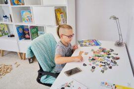 chłopiec układa wyrazy z literek