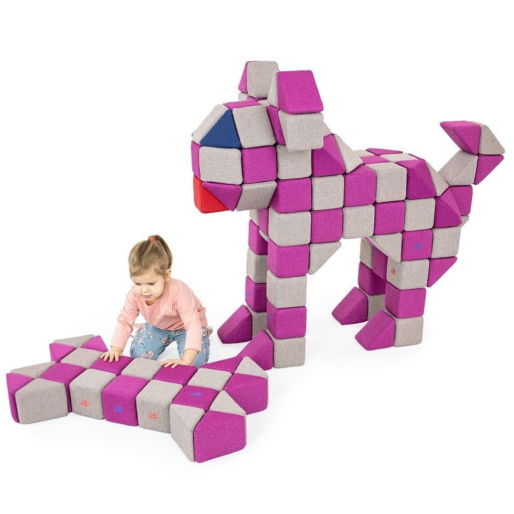 dziewczynka układa klocki w kształt kości i psa