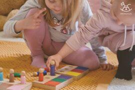 dziewczynki układające ludziki na drewnianych płytkach