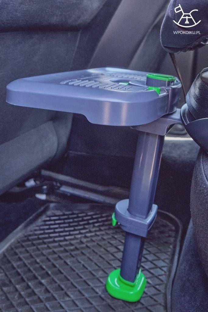 podnóżek do fotelika zamontowany w samochodzie