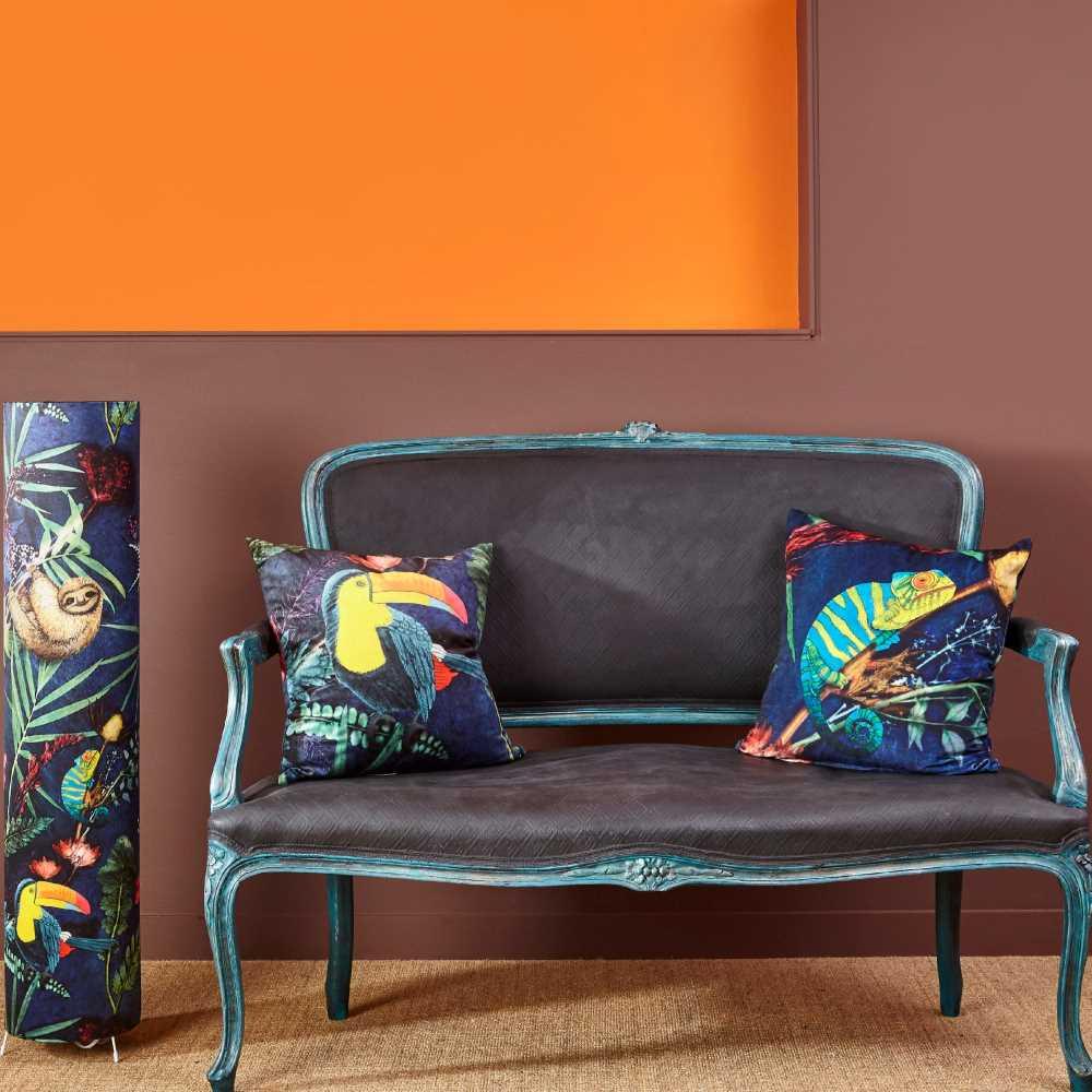 ściana pomalowana na czekoladowy brąz farbą kredową