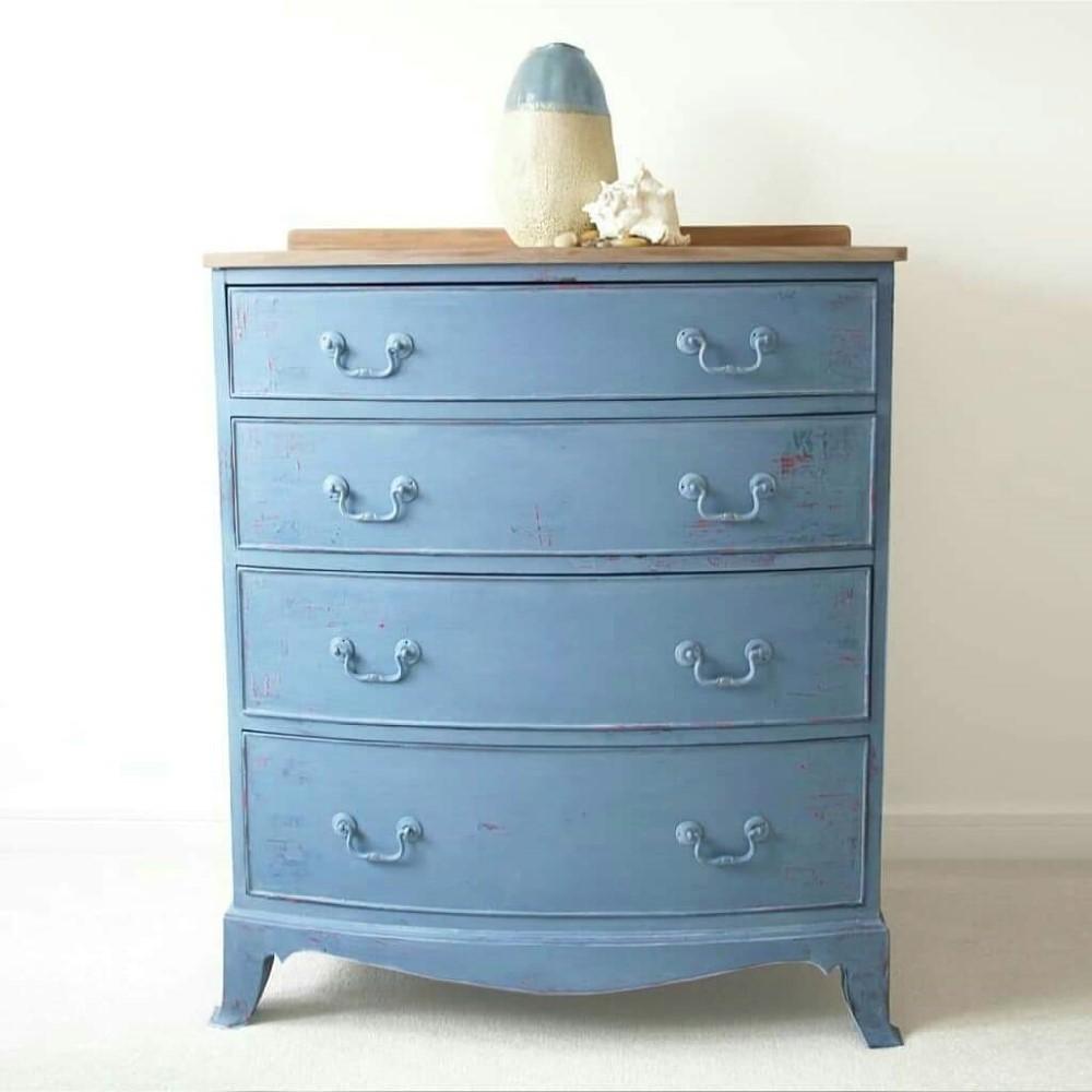 komoda pomalowana z użyciem farby kredowej na błękitny kolor