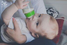 dziecko pije mleko matki z butelki