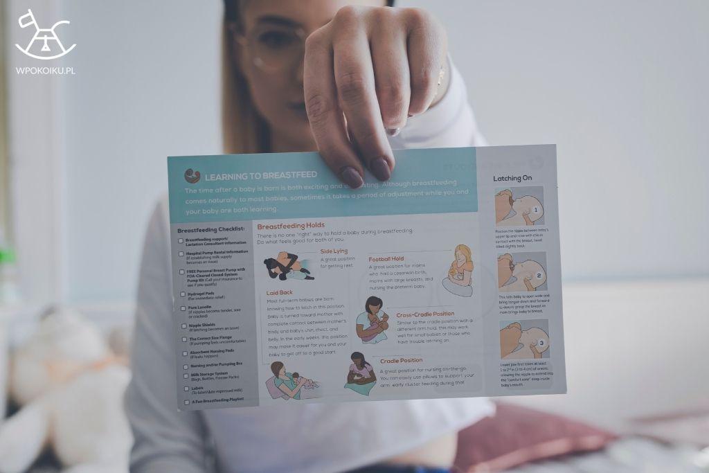 kobieta prezentuje instrukcję dotyczącą karmienia piersią
