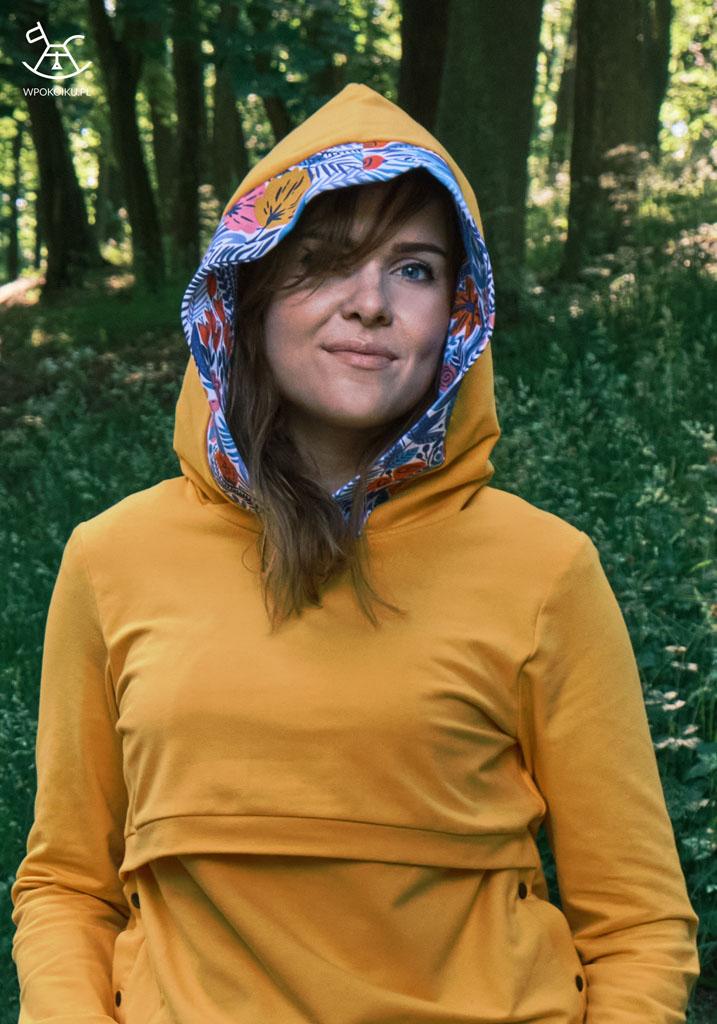 kobieta w bluzie do karmienia z kapturem na głowie