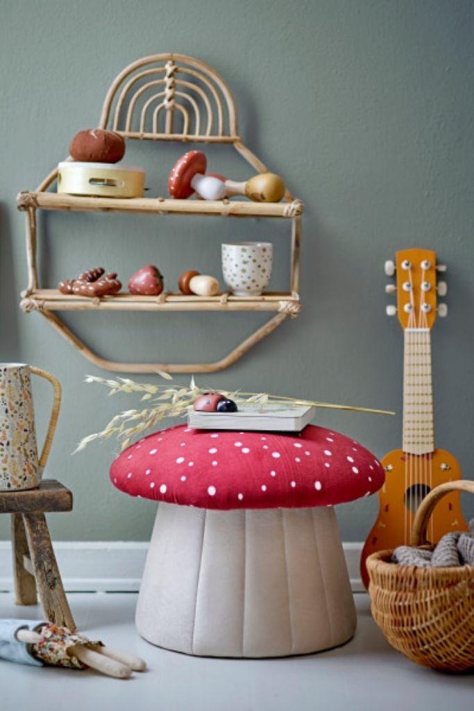 pufa w kształcie muchomora i meble skandynawskie dla dzieci z drewna