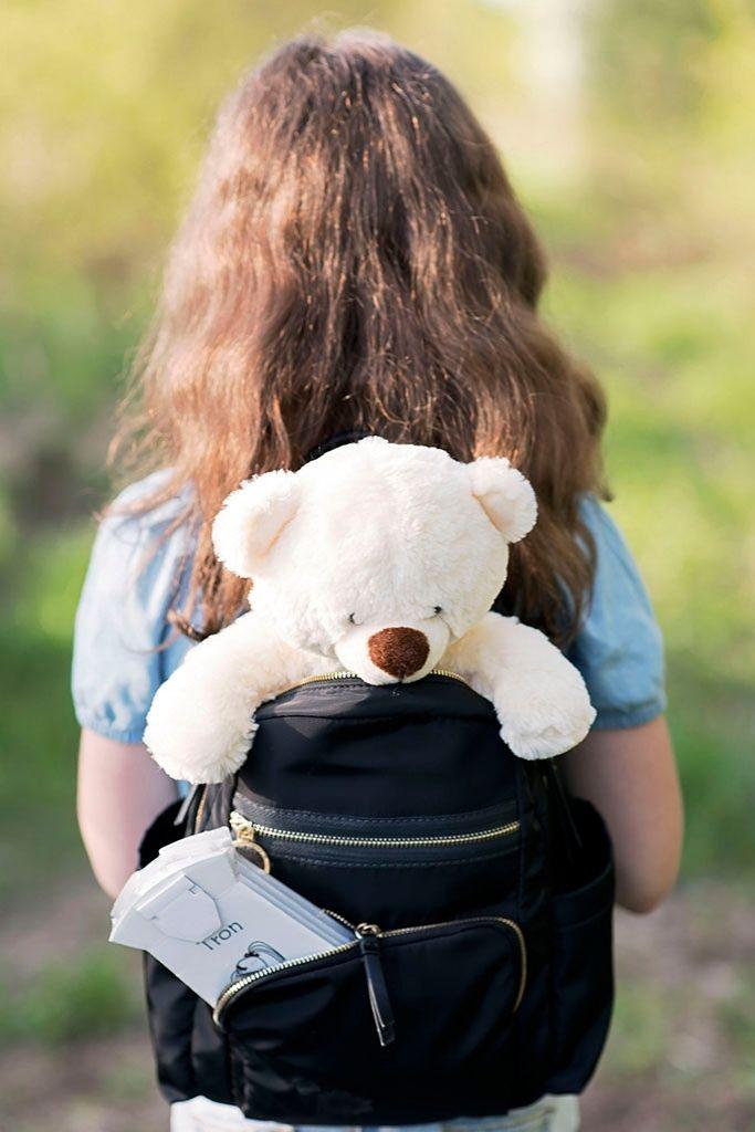 przenośny nocnik schowany w plecaku dziewczynki podczas spaceru