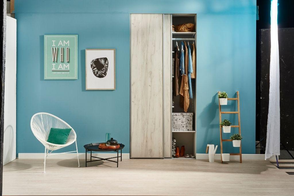 szafa wnękowa z drewnianymi frontami w błękitnym pokoju