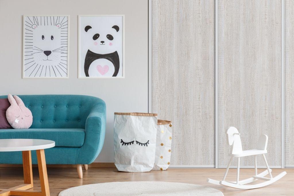 szafa wnękowa z drewnianymi frontami w białym pokoju