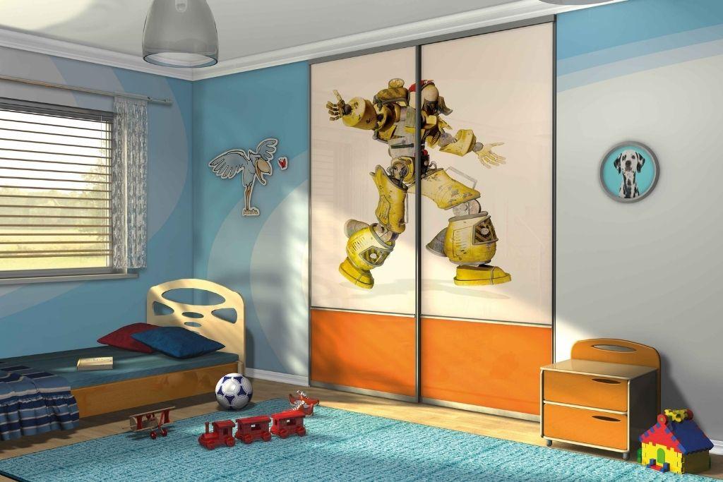 szafa wnękowa z bajkowym motywem w błękitnym pokoju