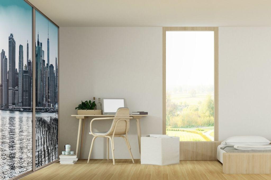 szafa wnękowa ze zdjęciem miasta na frontach w białym pokoju