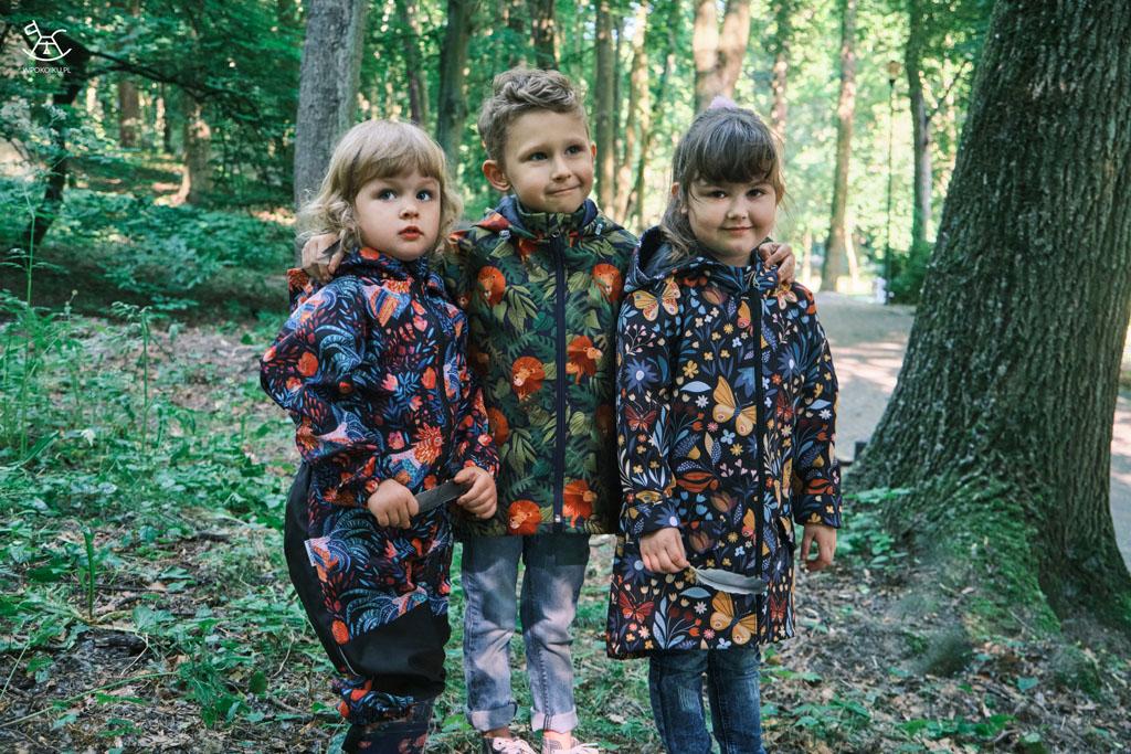 trójka dzieci w lesie pozuje do zdjęcia