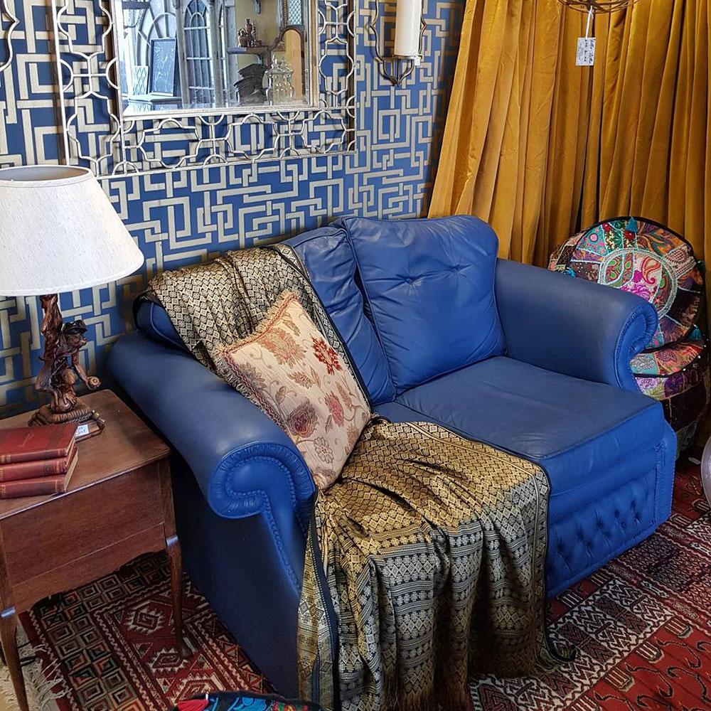farba kredowa w kolorze paryskiego błękitu na skórzanej sofie