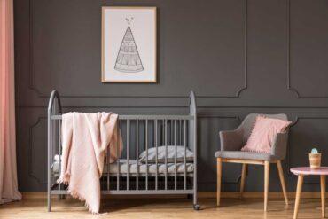Ciemna farba kredowa na łóżeczku i ścianie