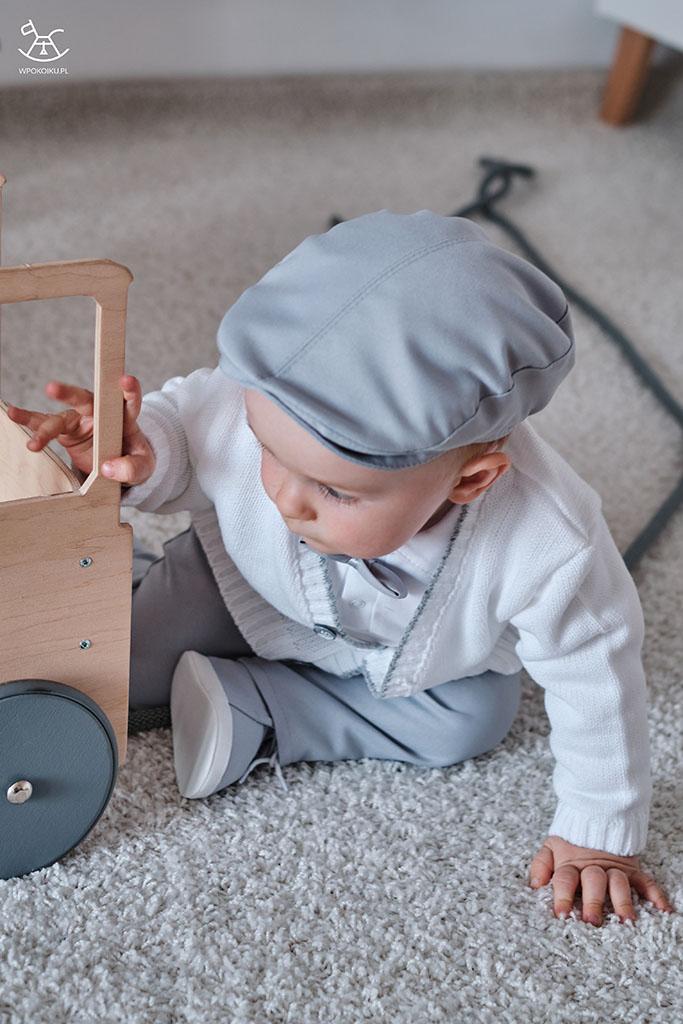 bawiący się na dywanie chłopczyk