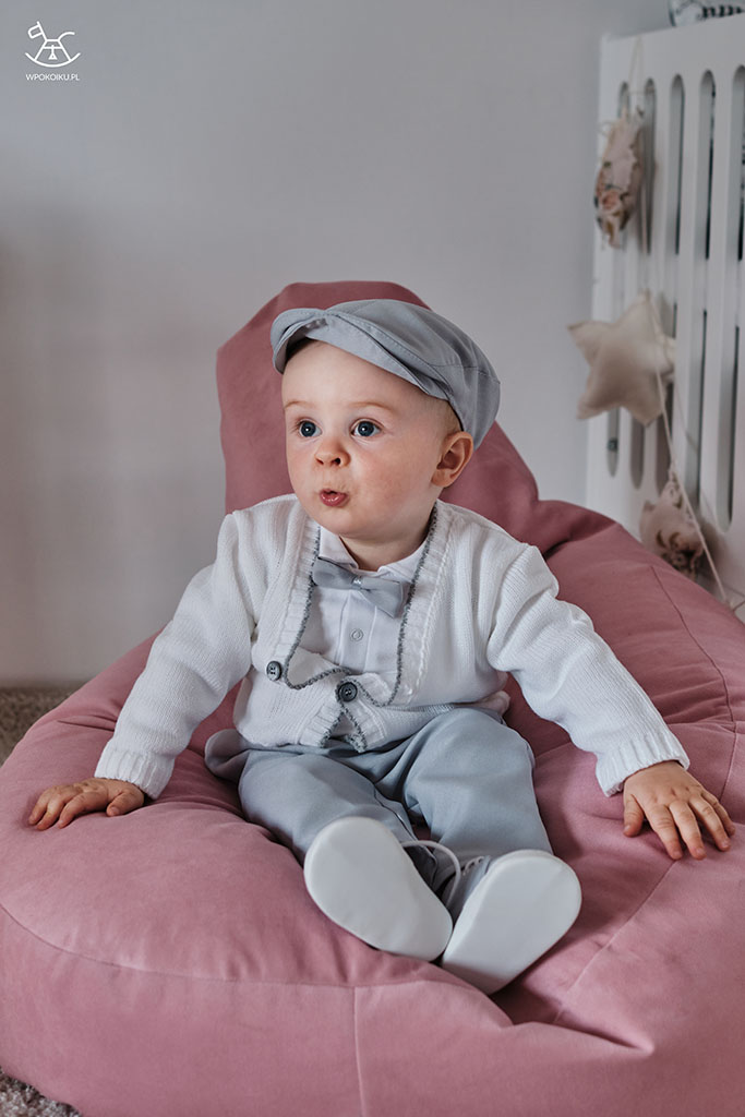 chłopczyk siedzacy na pufie w eleganckim ubraniu