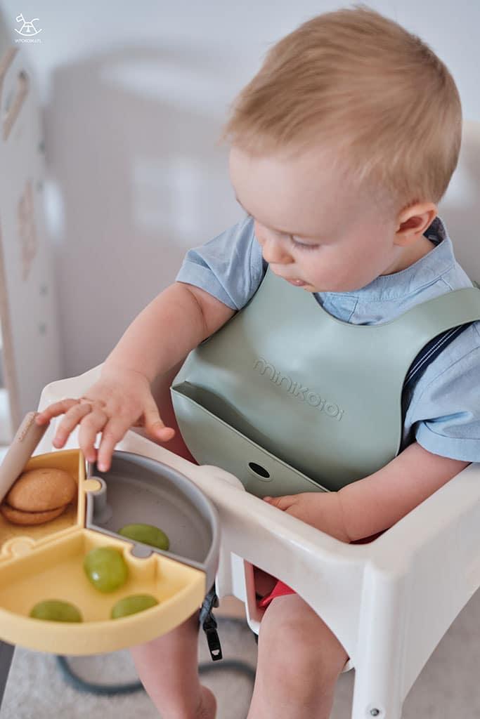 chłopczyk sięga do talerzyka silikonowego