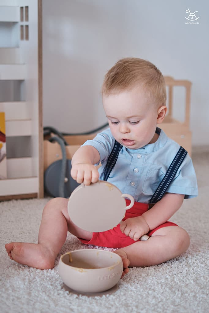 chłopiec ściąga przykrywkę z silikonowej miseczki