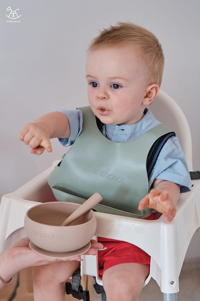 dziecko wskazuję mamę podczas karmienia