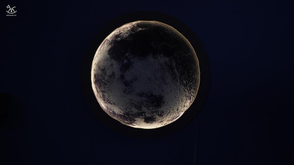 lampka księżyc świecąca w ciemnym pokoju
