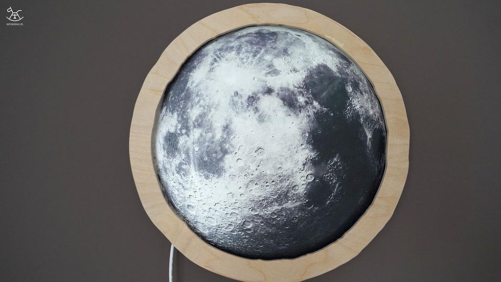 lampka księżyc wisząca na ścianie w pokoju