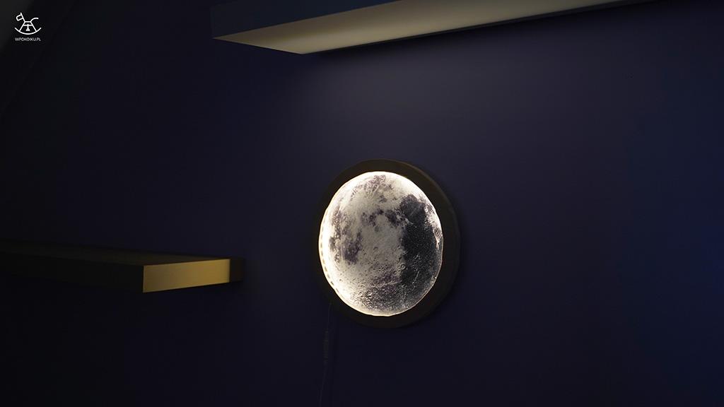lampka rozświetlona w ciemnym pokoiku