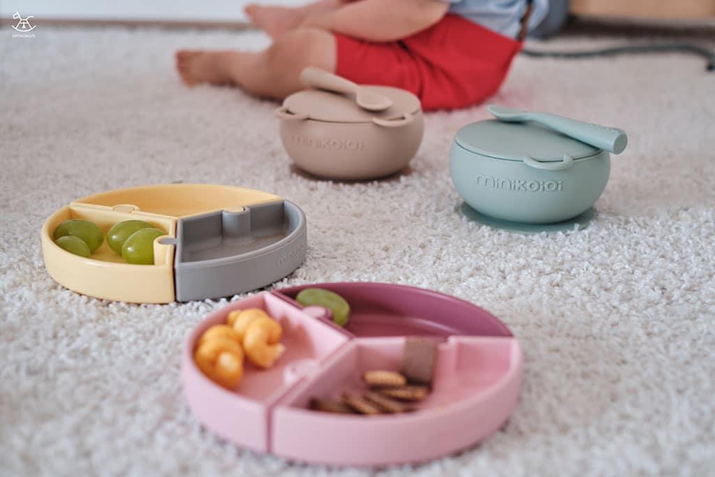 miseczki i talerzyki silikonowe z przekąskami dla dzieci