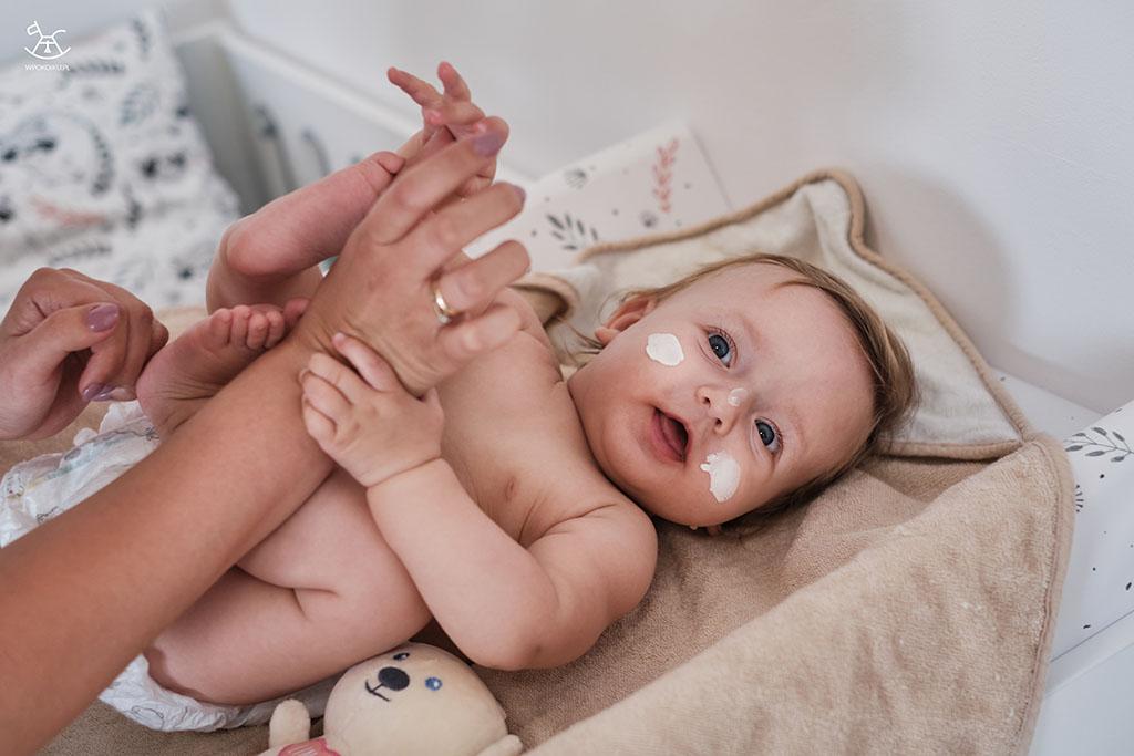 niemowlę na przewijaku podczas pielęgnacji