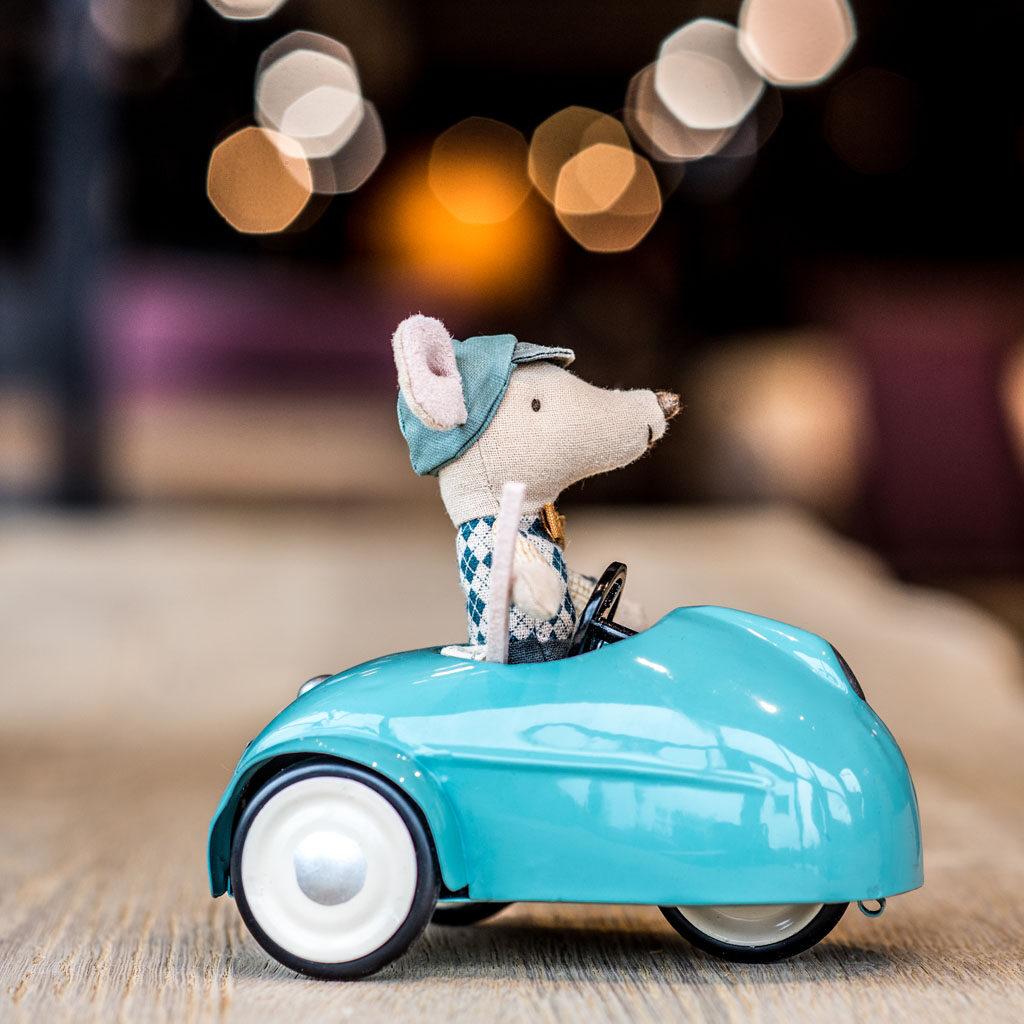 pluszowa myszka w zabawkowym autku