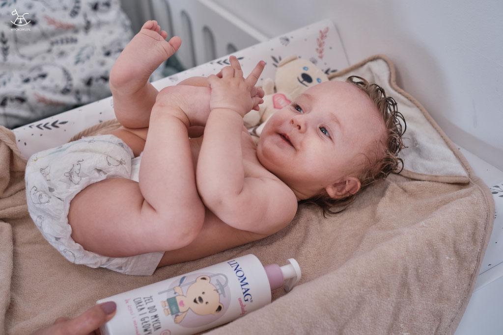 uśmiechnięte niemowlę na przewijaku
