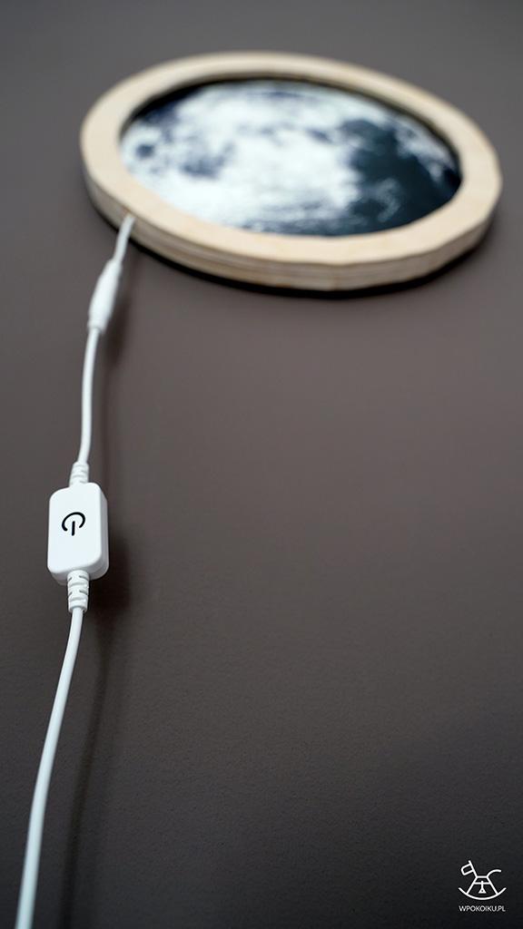 zbliżenie na kabel z przełącznikiem od lampki