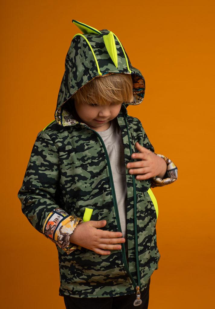 chłopczyk ogląda zamek w swojej kurteczce