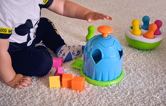 chłopiec bawi się domkiem sorterem