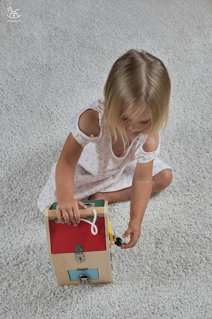 dziecko próbuje otworzyć zamek kluczykiem