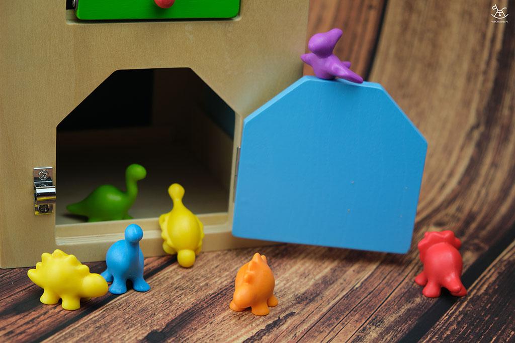 figurki dinozaurów na wejściu do domku