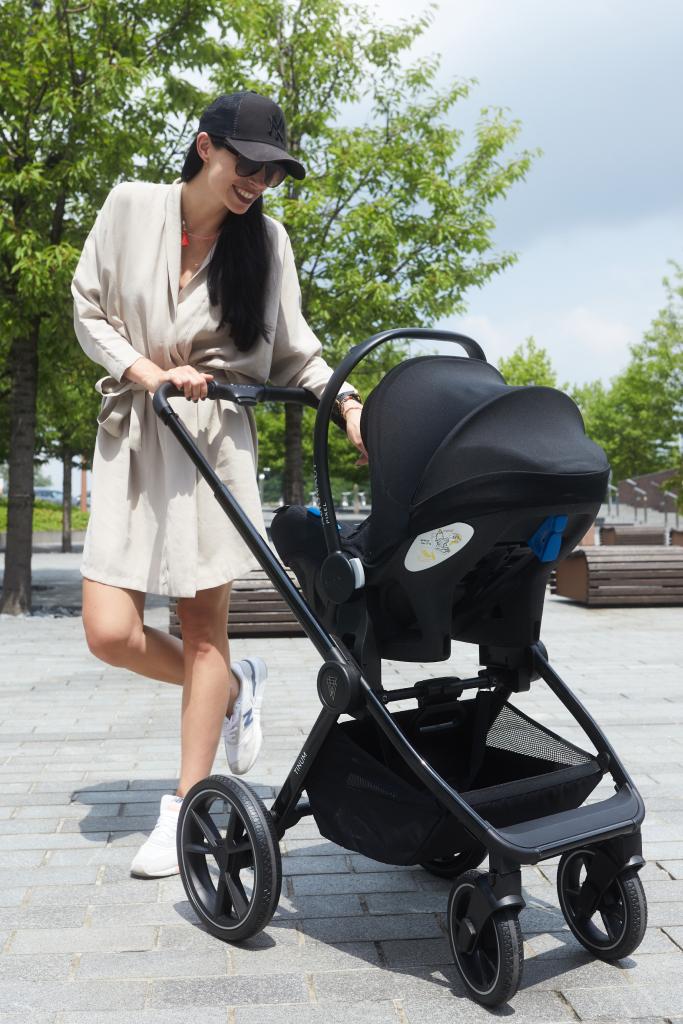 kobieta na spacerze z dzieckiem w wózku