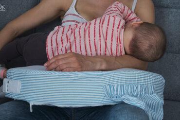 dziecko na poduszce do karmienia