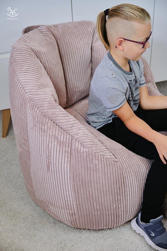 zbliżenie na pufę fotel sztruksowy